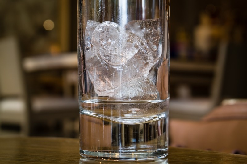glass-ice-cube-cold-cool-melt-clear-bar-macro